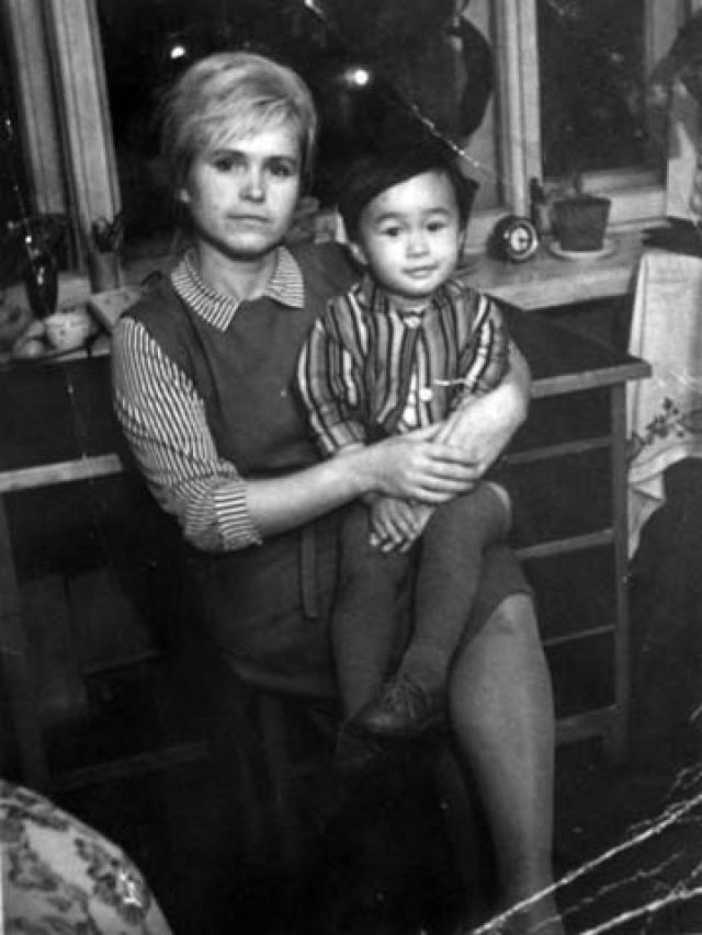 Мама, Валентина Васильевна преподавала физкультуру, а папа, Роберт Максимович, был инженером корейского происхождения.