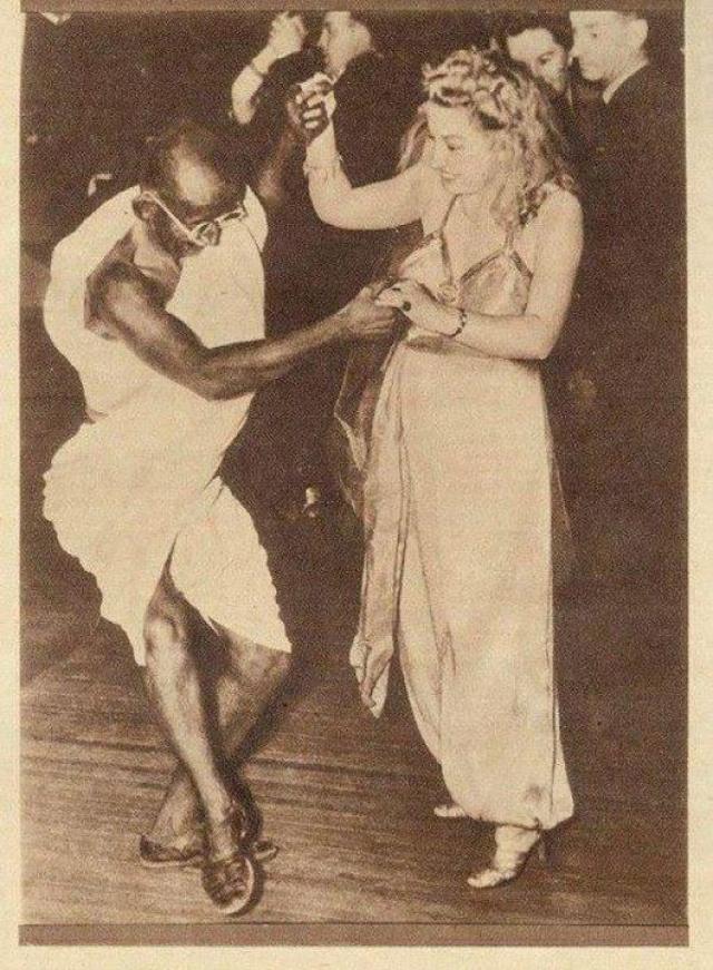Танцующий Махатма Ганди на самом деле австралийский актер.