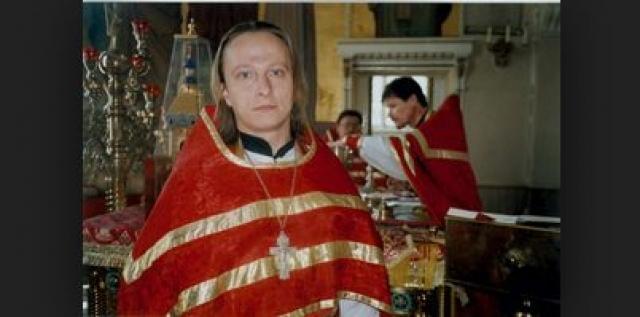 """В начале 2001 года, после выхода """"Даун Хауса"""" с его участием, выяснилось, что Охлобыстин рукоположен в священники архиепископом Ташкентским и Среднеазиатским Владимиром (Икимом) в Ташкентской епархии."""