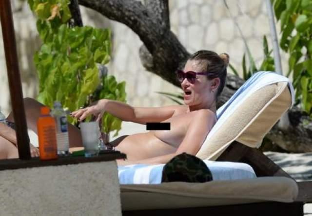 Кейт Мосс Кейт Мосс явно намеревалась привлечь внимание, загорая топлесс прямо там, где слонялись папарацци.