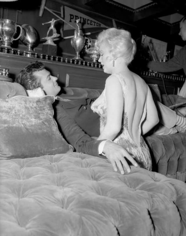 """Виной всему """"черная полоса"""" в жизни Мерлин Монро - актриса страдала от несчастного брака, тяжело переживала неудачную беременность, впадала в депрессию и бессонницу. Все это не могло не отразиться на работе, Монро опаздывала на площадку, забывала текст и срывала дубли - одну из сцен снять удалось только с сорок первого раза!"""