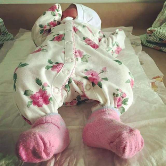 """Если в Instahram молодой мамы появлялись фото детских ручек, рядом всегда стояла подпись """"заимствованное фото"""". О себе Екатерина говорит с удовольствием, как ей удалось прийти в форму после беременности, о первых поездках с дочкой на съемки к папе, но совместных снимков не выкладывает."""