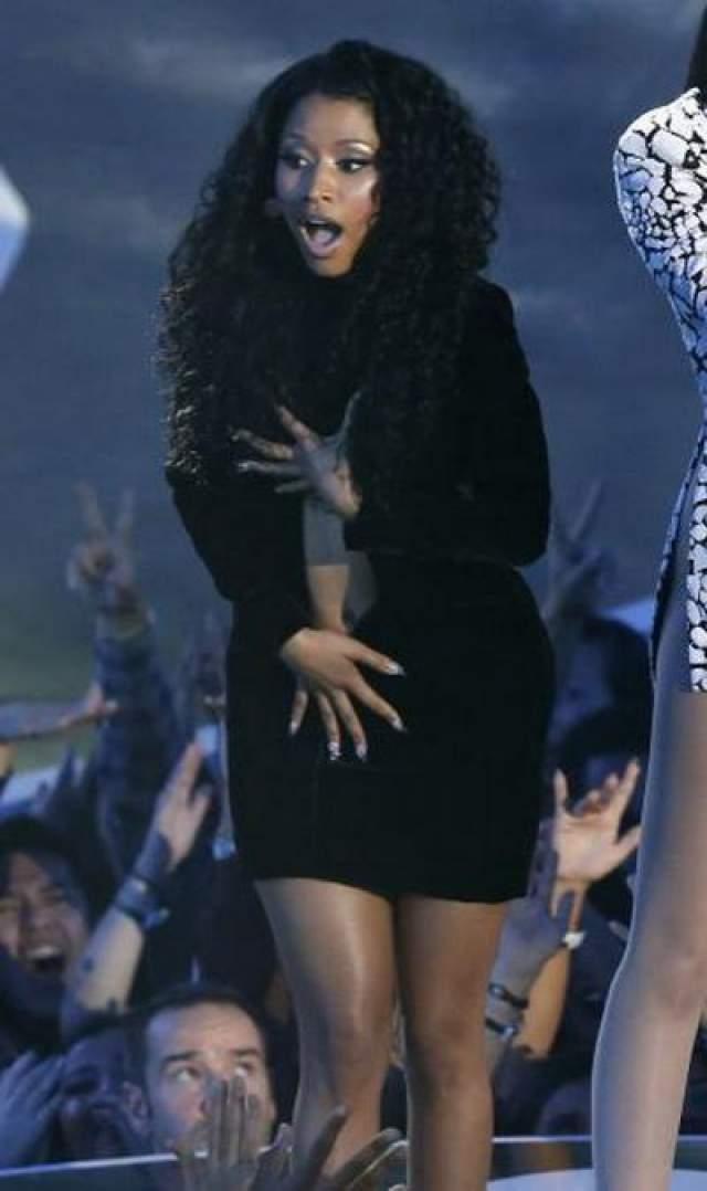 Ники Минаж У Ники Минаж во время церемонии MTV Video Awards 24 августа 2014 года разошлось платье. Певица утверждала, что это случайность. Однако, зрители считают, что все это было инсценировано.
