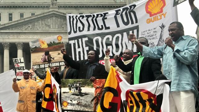 В 2006 году в Лондоне был открыт памятник Саро-Виве. Родственники писателя длительное время судились с Shell по поводу его гибели, в 2009 году компания согласилась выплатить более 15 миллионов долларов компенсации.
