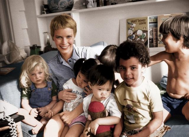 Миа Фэрроу. Миа родила троих сыновей и удочерила троих девочек из Вьетнама и Кореи, после чего в браке с Вуди Алленом усыновила еще одного мальчика и родила сына Ронана.