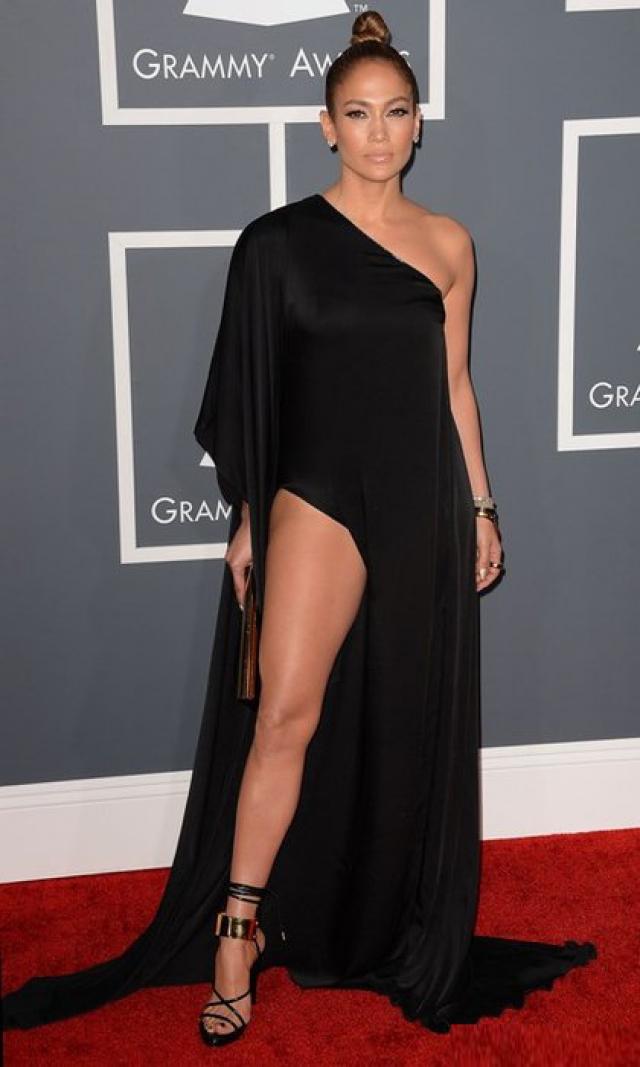 """Ассиметричное платье Дженнифер Лопес с разрезом, в котором она блистала на церемонии """"Грэмми""""."""