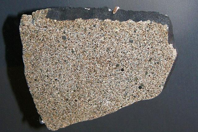 7.Сулакогский метеорит В ноябре 1954 года недалеко от города Сулакога (США, штат Алабама) упал небольшой метеорит, который весил около 4 кг. И может быть он даже и не оставил никакого следа в истории (Сулакогский метеорит представлял собой обычный хондрит - это подавляющее большинство каменных метеоритов, если бы не одно но. Метеорит пробил крышу дома, отскочил рикошетом от большой деревянной консоли радио и ударил 31-летнюю Энн Элизабет Ходжес, пока она мирно дремала на диване.