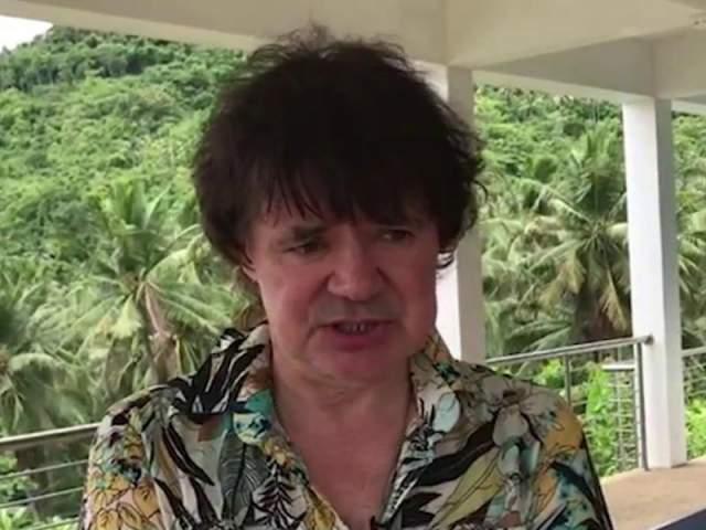 """Осину не помогло ни лечение в Таиланде, оплаченное телеведущим Андреем Малаховым, ни переломы, полученные при падении с мотоцикла. Он пил на копеечные авторские отчисления с """"Девочки в автомате"""", затем начал продавать имущество. Все время говорил, что может бросить пить в любой момент, но умер раньше, чем смог бросить пить."""