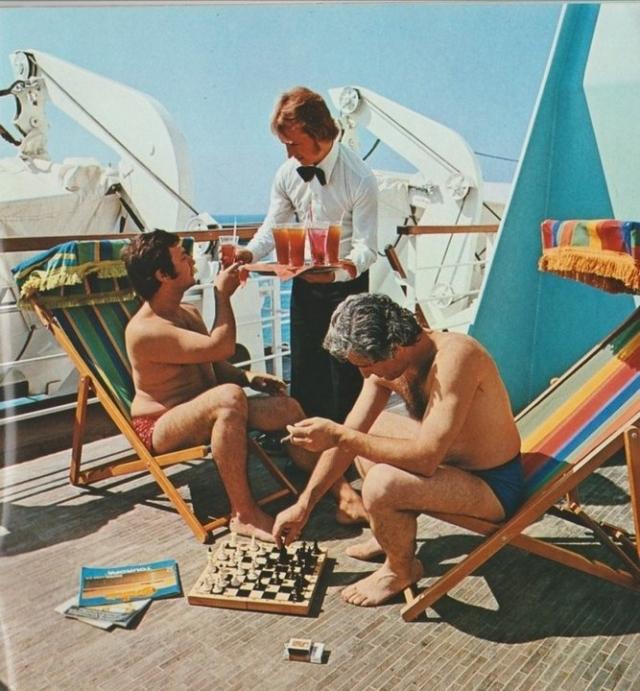 В официальном списке туристов числилось 897 человек и 346 членов экипажа - всего 1243 человека.