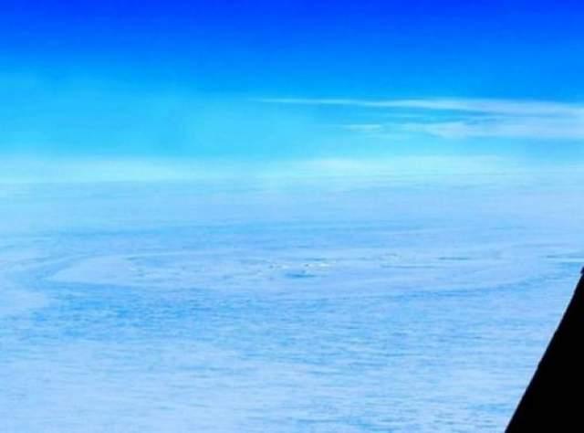 Таинственный круг в Антарктиде Воронка в виде кольца была впервые обнаружена геофизиком Кристианом Мюллером во время обычного осмотра с воздуха Антарктиды.