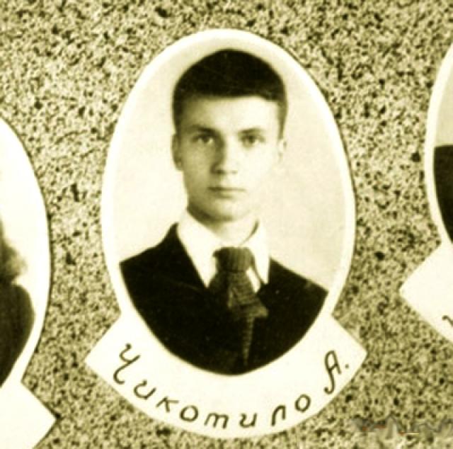 """Чикатило родился 16 октября 1936 года в небольшом украинском селе в Сумской области. В детстве мальчик перенёс ряд сильных психологических потрясений. Старший брат Андрея, Степан, пропал без вести в 1931 году, подозревали, что он был съеден людоедами в период голода на Украине 30-х годов, о чем стало известно и Андрею. После войны отец Андрея был признан """"изменником Родины"""", за что на Чикатило сыпались постоянные нападки со стороны одноклассников."""