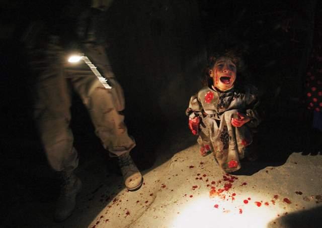 Иракская девочка на контрольно-пропускном пункте, Крис Хондрос, 2005. Родители Саман Хасан везли её брата из больницы, когда американские солдаты открыли по ним огонь. Солдаты боялись, что в машине были террористы-смертники и застрелили их. Только потом они увидели, что это была мирная семья.