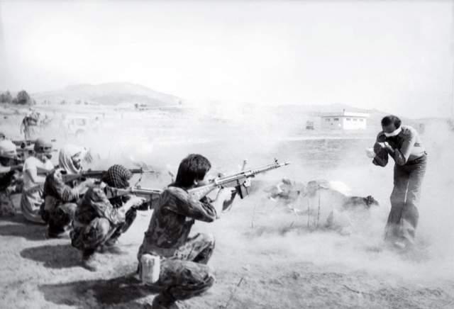 Расстрел в Иране, Джахангир Разми, 1979. Снимок получил в 1980 году Пулитцеровскую премию - впервые в истории награда досталась анонимному фотографу. В 2006 году иранский фотограф Джахангир Разми признался, что он был автором снимка.