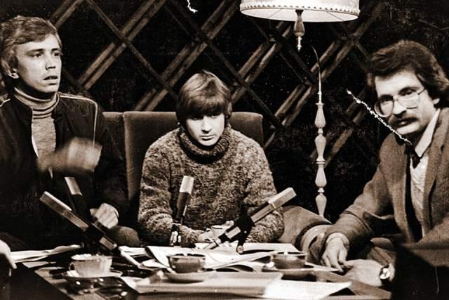 """Александр Политковский ( крайний слева ) (1988—1991). Один из создателей телекомпании """"ВИD"""" был специальным корреспондентом и ведущим """"Взгляда"""". """"Это было время романтического идиотизма и веры во что-то светлое"""", - говорил Политковский о том периоде."""