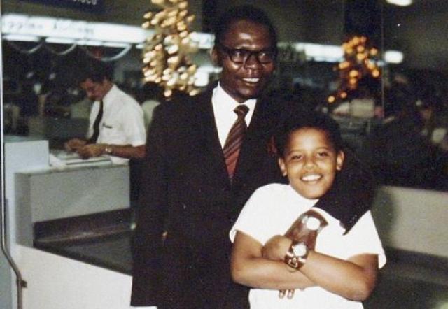 Обама, которого в детстве часто звали Барри или Бар, родился в 1961 году на Гавайях, в Гонолулу.