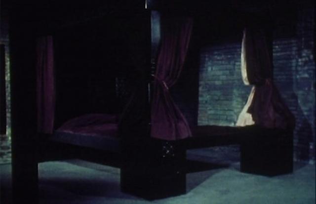 """Кровать из фильма """"На смертном одре: Постель-людоед"""" (1977). Как-то демон увидел у реки прекрасную девушку и влюбился в нее. А так как кроме постели он ничего себе представить не мог, то из его похотливых мыслей материализовалась кровать-убийца... Логично."""