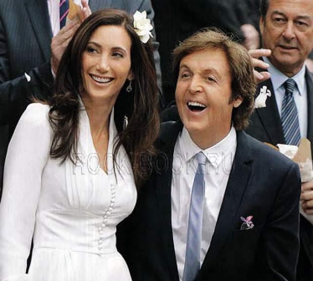 Через некоторое время британский певец расстался со второй женой и женился в третий раз на американской бизнес-леди Нэнси Шевелл, с которой был знаком еще при жизни Линды. Сейчас Пол с женой проживает в своем имении в Америке.
