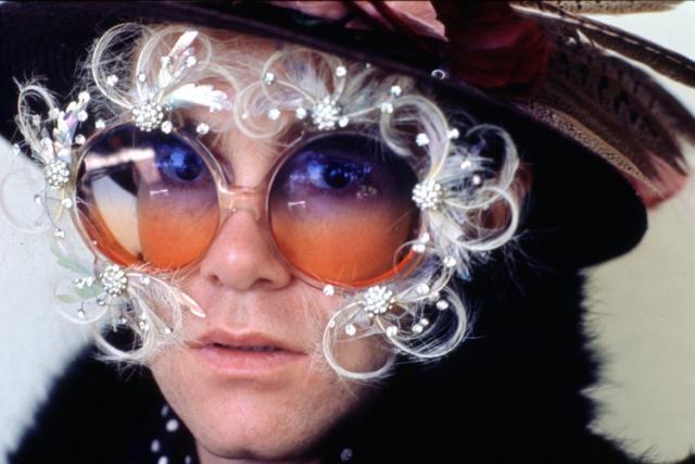 Британский певец Элтон Джон собирает всевозможные оправы для очков, а за самые необычные экземпляры он выкладывает огромные суммы.