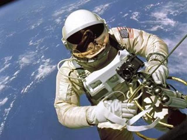 Первый выход американского астронавта в открытый космос - Эдвард Уайт, 3 июня 1965 года.