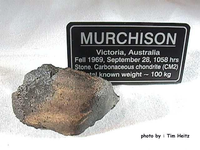 16.Мурчисонский метеорит Названный в честь австралийского города, близь которого он упал в 1969 году, мурчисонский метеорит считается самым «живым» из найденных на Земле. Виной тому более 14 тысяч органических соединений, входящих в состав 108-килограмового углистого камня, в том числе не менее 70 различных аминокислот.