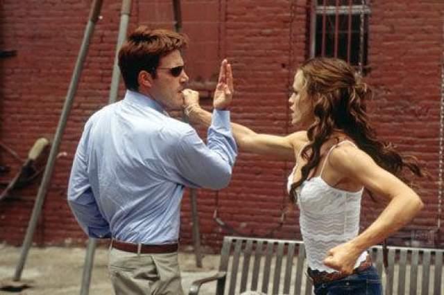 """Зато после того, как Аффлек и Гарнер в 2003 году снялись в супергеройском боевике """"Сорвиголова"""", они бросили своих тогдашних партнеров (Аффлек - певицу Дженнифер Лопес, Гарнер - актер Скотта Фоули) и начали встречаться."""
