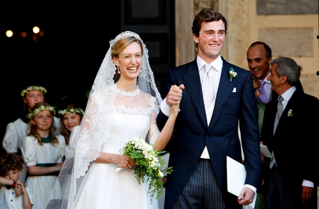 В семейной жизни принц также не стал оригинальничать и женился на женщине аристократического происхождения - итальянской журналисткой Элизабеттой Марией Росбох фон Волькенштайн.