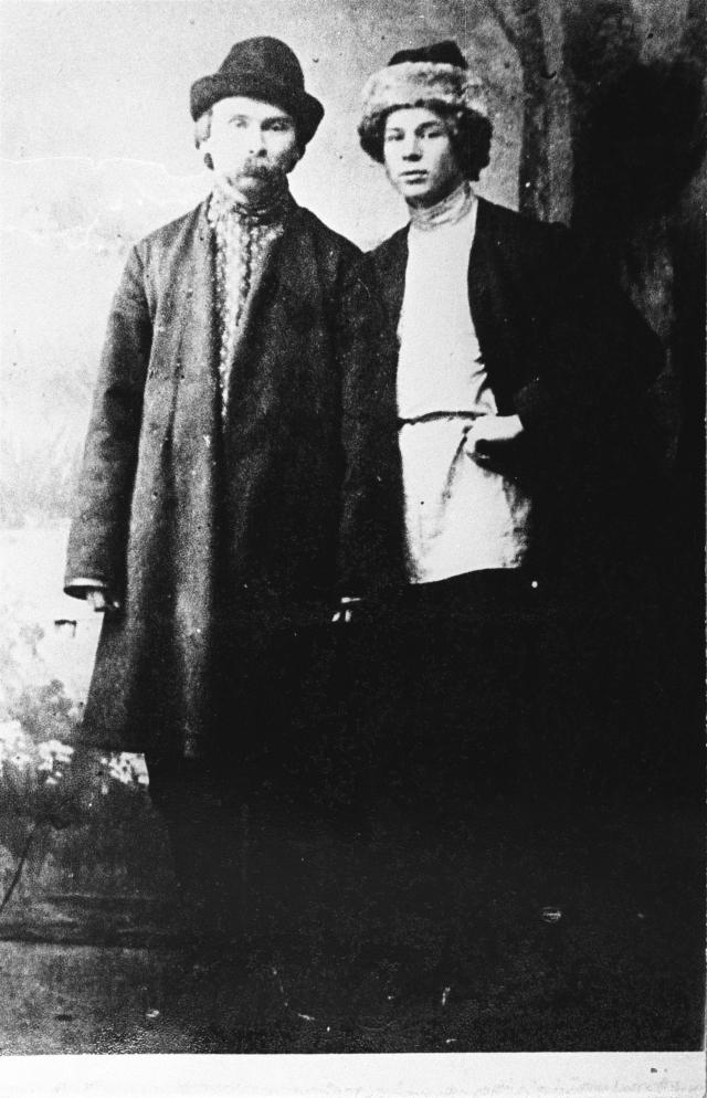 """Неразделенные нежные чувства к Есенину питал поэт Николай Клюев. Есенин даже жаловался одному из знакомых, что Клюев ревновал его к женщине, с которой у него был его первый городской роман: """"Как только я за шапку, он – на пол, посреди номера сидит и воет во весь голос по-бабьи: не ходи, не смей к ней ходить!""""."""
