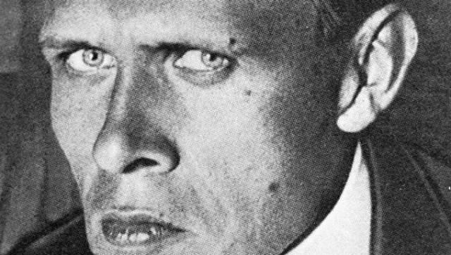 """Даниил Хармс Советского писателя и поэта впервые арестовали в 1931 году, вместе с ним аресту подвергнулись и Бехтерев и Введенский: всем троим вменяли обвинение в участие в """"антисоветской группе писателей"""". Самое удивительно, что формальным поводом для ареста стала работа в детской литературе. Хармс получил три года лагерей, замененных ссылкой в Курск."""