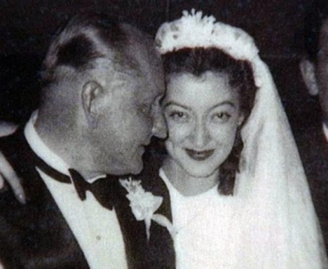 51-летний Александр Вертинский женился на Лидии Циргваве , когда той было 18 лет, брак продлился 17 лет до смерти артиста.
