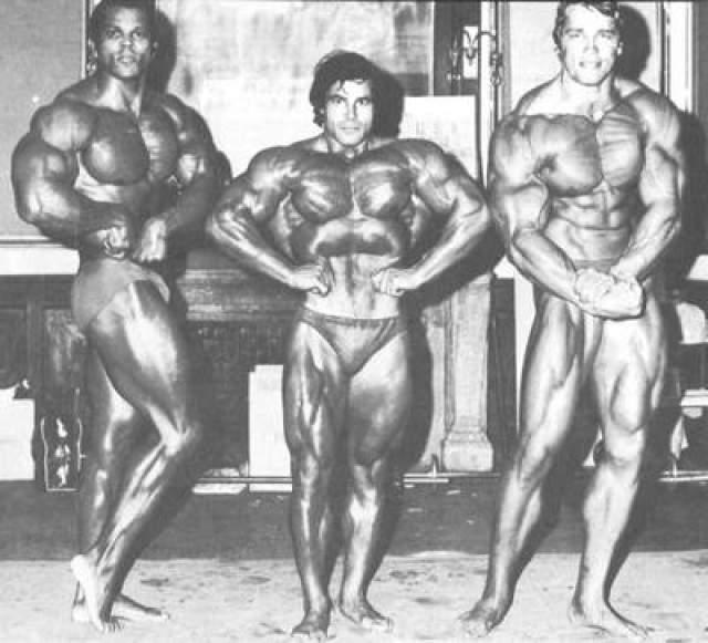 Помимо акцента была ещё одна весомая проблема - слишком большая мускульная масса, смотревшаяся неестественно на экране. Для ряда фильмов 70-х годов Арнольду приходилось существенно снижать вес. На фото: 1973 год, «Мистер Олимпия», вместе с Сержем Нюбре и Франко Коломбо.