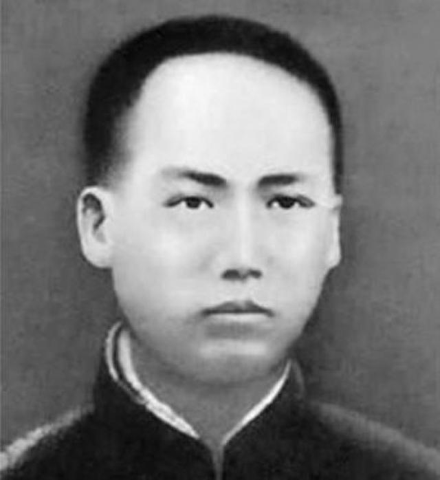 Не удивительно, что в 13 лет Мао и сам бросил школу, вернувшись домой, где противился любому физическому труду и все свободное время проводил за чтением книг.