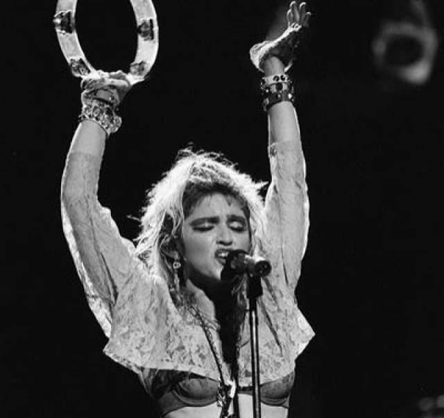 """В апреле 85 года Мадонна отправилась в свой первый концертный тур - """"The Vigrgin Tour"""", во время которого она сотрудничала с группой Beastie Boys."""
