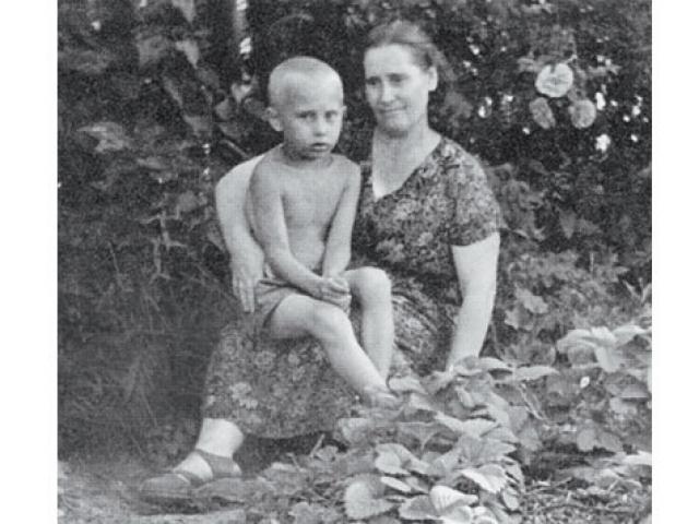 Владимир был третьим сыном в семье - двое старших братьев, родившихся еще до войны, умерли в детстве.