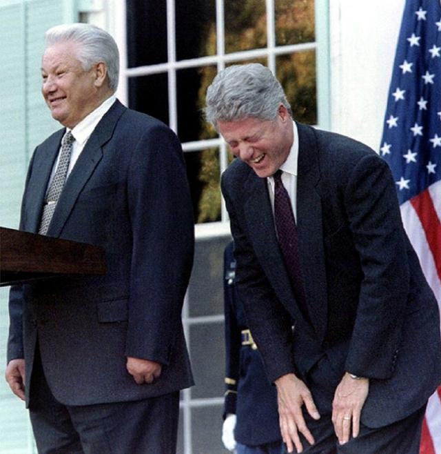В июне 1991 на обеде в честь президента Буша ел икру руками и слизывал ее с пальцев.