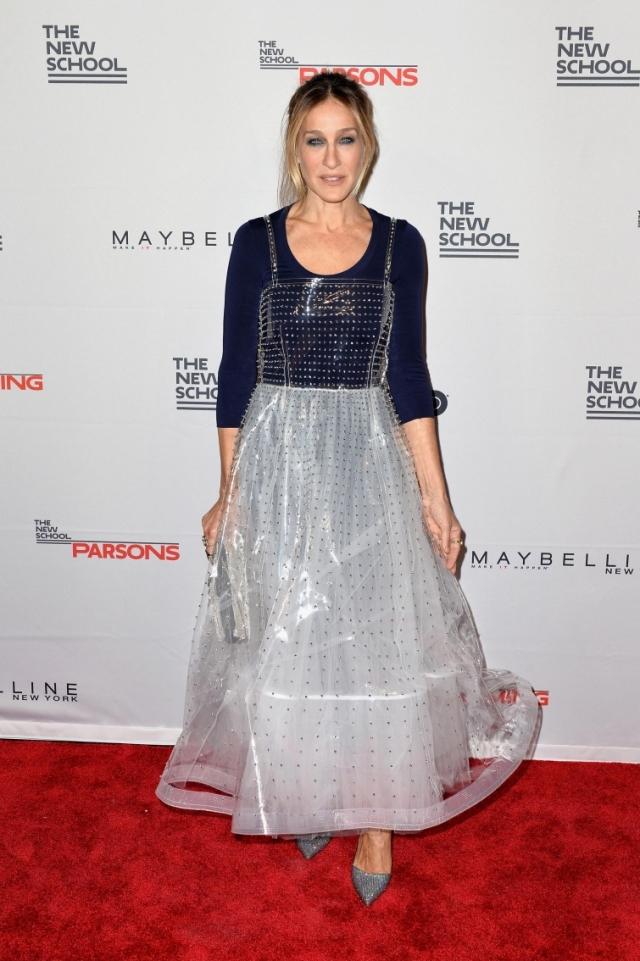 Сара Джессика Паркер. Не перепутала ли актриса платье с пластиковым чехлом от него?