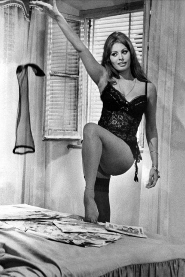 В одном из эпизодов актриса соблазняет героя Мастроянни, исполняя жаркий стриптиз. Кинокритики называют эту эротическую сцену главной в истории мирового кино.