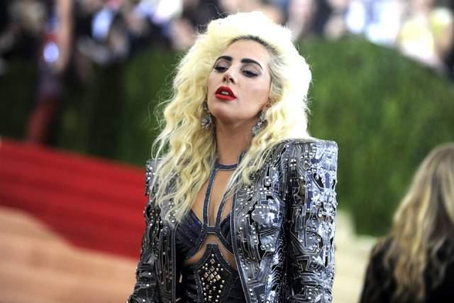 Затем Гага поняла, что таким видом аудиторию не привлечешь, и вышла на сцену сразу другой, без прелюдий.