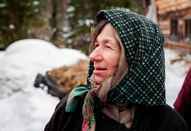 """Агафья все еще живет в тайге. Ее отметили медалью """"За веру и добро"""". Буквально на днях Агафья приболела и попросила благословения на то, чтобы избавляться от хвори с помощью медикаментов."""