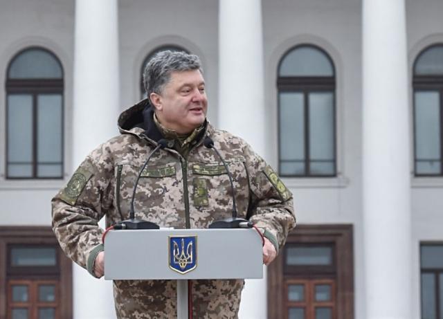 В очередной раз украинский президент привлек внимание, когда в честь Дня защитника Украины опубликовал на своей странице в Facebook патриотическое видео.