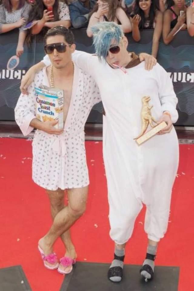 Участники канадской рок-группы Marinas Trench , названной в честь самого глубокого места на планете, Марсианской впадины в Тихом океане, творчески подошли к выбору нардов для красной дорожки Much Music Video Awards 2014.