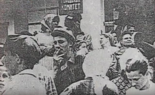 Группа во главе с Виктором Власенко пошла в компрессорную завода и включила гудок. Позже за это он был осужден на 10 лет. На зов гудка собрались все работники.
