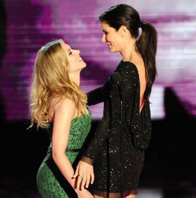 Скарлетт Йохансон слилась в страстном поцелуе прямо на сцене с Сандрой Баллок опять же на MTV Movie Awards в 2010 году.