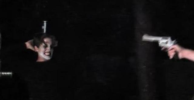 """Во время съемок сцены, где герой должен был погибнуть, в актера выстрелили из того же бутафорского """"Магнума"""". Но на этот раз в пистолете оказалась одна-единственная холостая пуля, не подходившая по калибру — из-за чего выстрел оказался очень мощным, и тело Ли пробило навылет."""