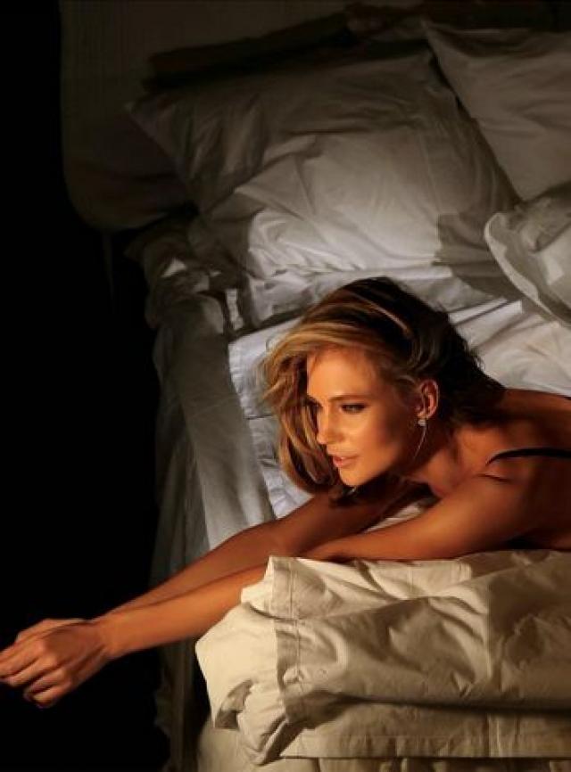 """Певица частенько размещает и своеобразные """"фотоответы"""" недоброжелателям, которые негативно комментируют ее фотографии. На фотографии певица лежит на кровати в откровенном пеньюаре. На одной части запечатлена верхняя часть ее тела..."""