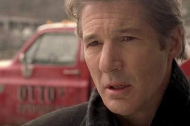 """""""Человек-мотылек"""" В фильме """"Человек-мотылек"""" с участием Ричарда Игра жизнь репортера Джона Кляйна превращается в хаос, когда он и его жена попадают в автокатастрофу. Ему не дает покоя образ большого существа с большими красными глазами и серыми крыльями. Это существо он видел до аварии. Вскоре Кляйн понимает, что существо всегда появляется перед трагедией."""