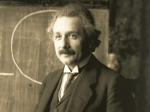 Глаза Эйнштейна. Ученый умер в 1955 году от разрыва брюшной аорты. Патологоанатом Томас Харви извлек мозг и глаза гениального физика спустя семь часов после смерти. Глаза законсервировали и передали офтальмологу Эйнштейна Генри Абрамсу. Абрамс прожил 97 лет и скончался в 2009 году.