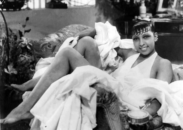 Жозефина Бейкер. Известная джазовая певица с умом использовала свой статус звезды для передачи секретных сообщений, невидимыми чернилами записанных на ее нотах. Позже эти записи помогли контрабандой вывезти людей в безопасные места.
