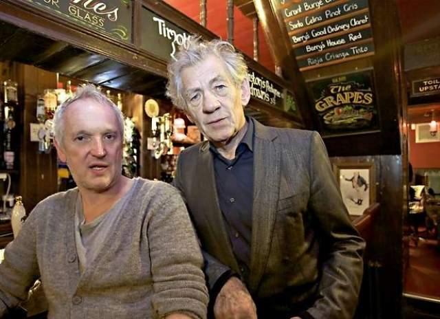 """Мужа у артиста нет. Его первым парнем стал преподаватель истории Брайан Тейлор, после он встречался с Шоном Матиасом, с которым познакомился на съёмках сериала """"Алый клобук"""" в 1982 году."""