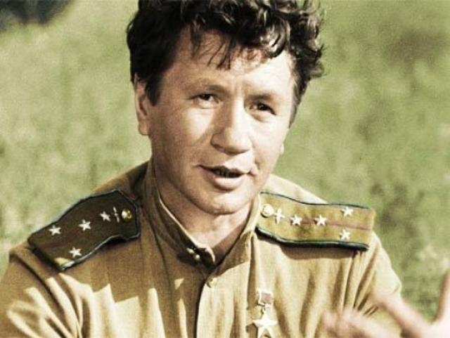 Актер Леонид Быков трагически погиб, возвращаясь с дачи, возле городка Дымер на трассе Киев-Минск при попытке обгона асфальтоукладочного катка.