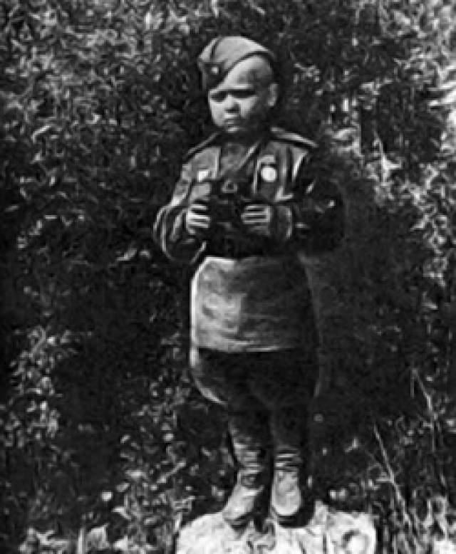 Сергей Алешков, 6 лет. 8 сентября 1942 года, вскоре после того, как каратели расстреляли его мать и повесили старшего брата за связь с партизанами, мальчик из лесной деревни Грынь начал сражаться за Россию.